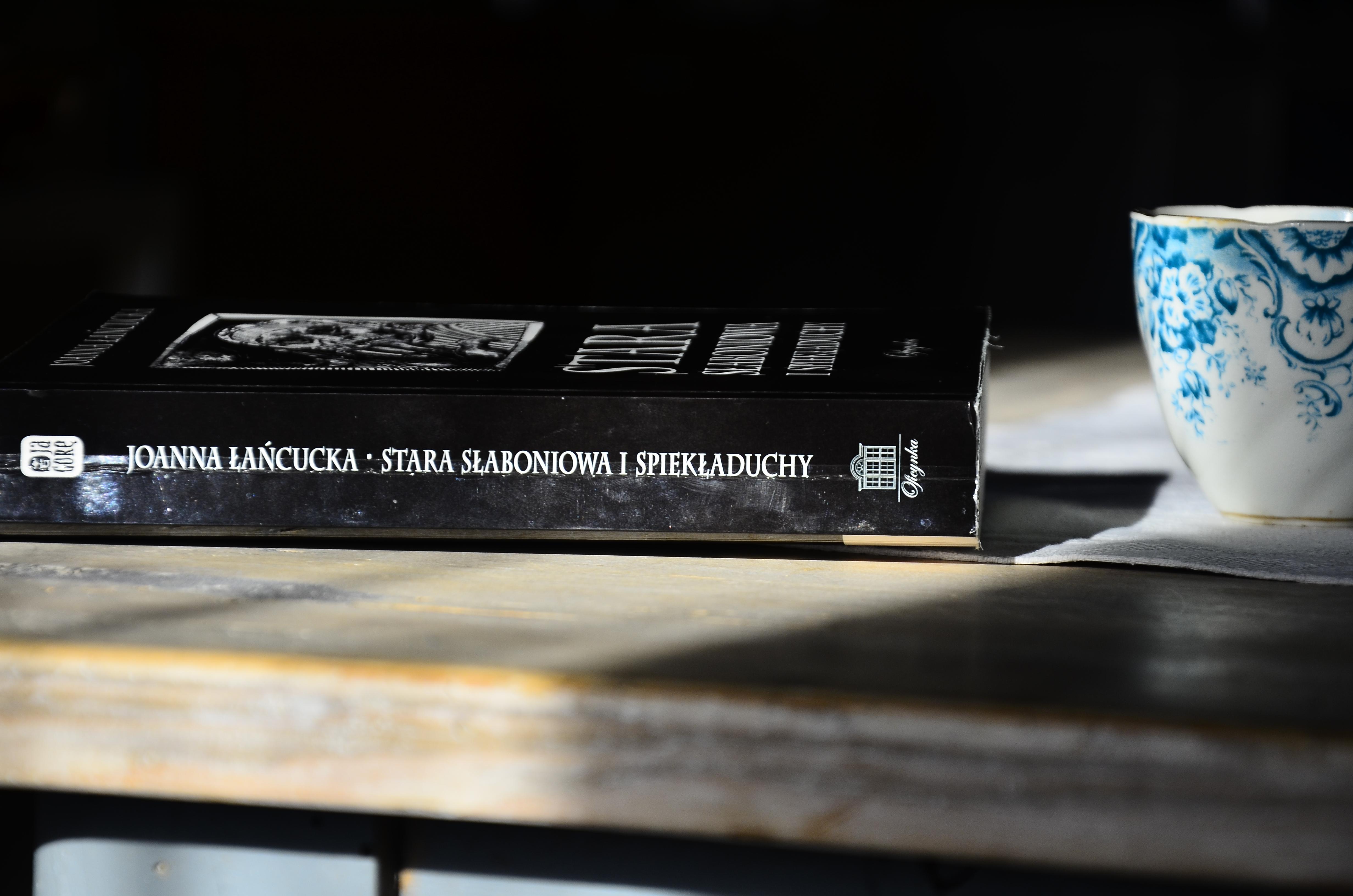 Książka leżąca na stole w świetle słońca