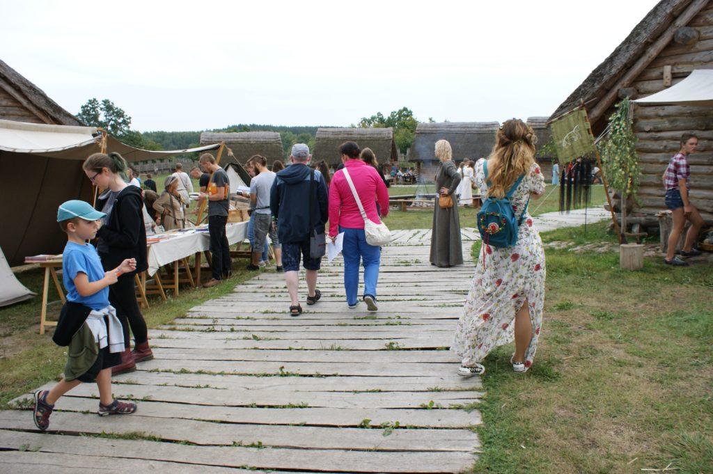 Kadr z Festiwalu Mitologii  Słowiańskiej, gród w Owidzu i ludzie przebrani tematycznie za Słowian.