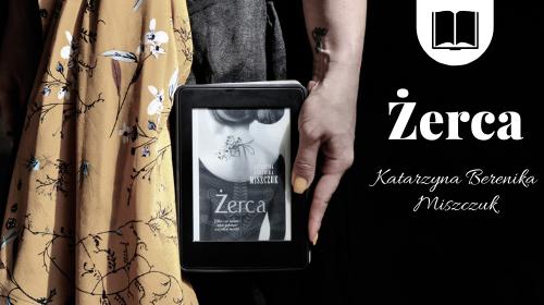 dziewczyna trzymająca w dłoni czytnik z ebookiem Żerca